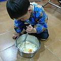 做雞蛋糕幫忙攪麵糰