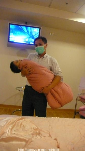 P1080617_小傑也要學小baby被包起來.JPG