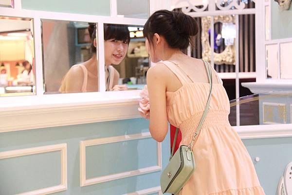 夢時代-跳舞香水前的鏡子