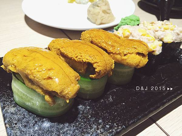 馬糞海膽握壽司(NT.190/1貫/時價)鮪魚沙拉握壽司(NT.15/1貫)
