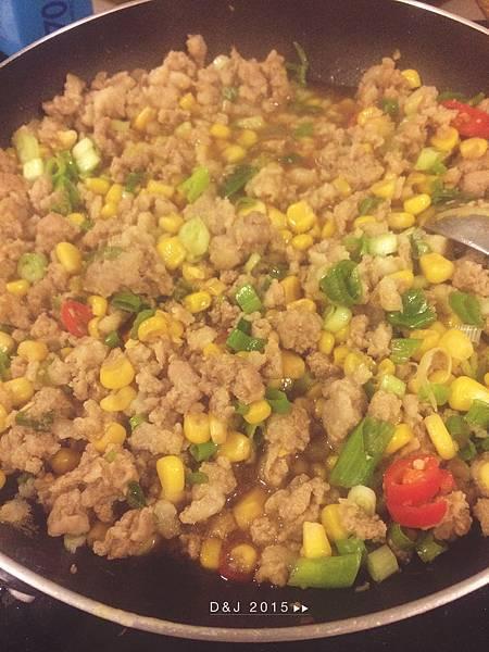 關火,同鍋下蔥末與辣椒末拌炒約10秒即可盛盤