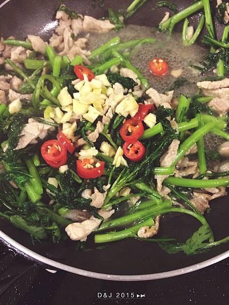 同鍋利用肉絲炸出來的油炒山茼蒿,並且加入醬油、蒜末、辣椒、味素