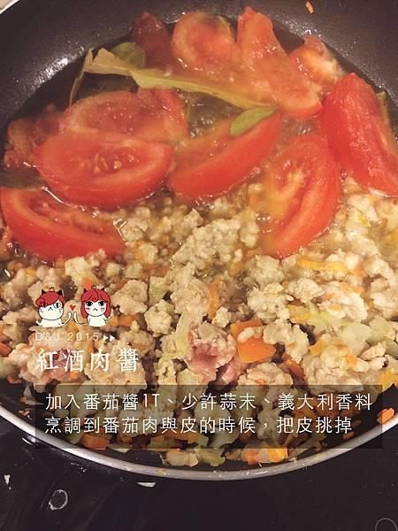 加入番茄醬1T、少許蒜末、義大利香料 烹調到番茄肉與皮的時候,把皮挑掉