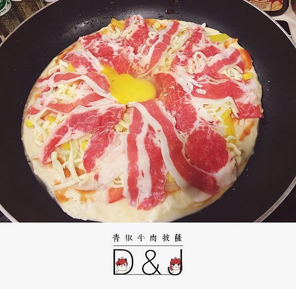 加入蛋黃一起下去烘或是等到披薩熟之後在加入生蛋黃(隨個人喜好而定)