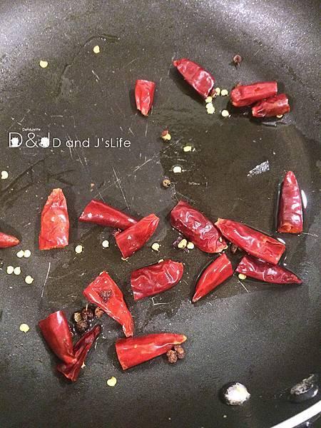 拿一炒鍋,放入乾辣椒與花椒粒炒香