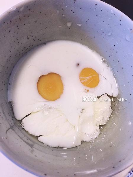 將泰式打拋豬用任何方式加熱,接著蛋加入牛奶