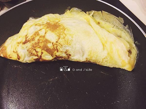 接著將蛋捲起擺盤就完成嘍!