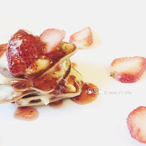 最後就開始組裝嘍,J是一層卡士達奶油一層鬆餅疊上的,  組裝完成再淋上草莓醬與煉乳