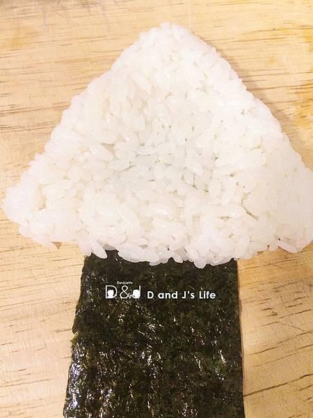 接著海苔墊在下面+1飯糰