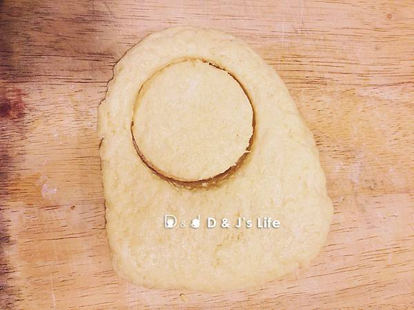 此時烤箱先預熱5分鐘,另一方面麵團的厚度約2公分,用米杯割出圓形