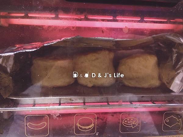 五分鐘後用鋁箔紙蓋在司康上,再烤7.5分鐘