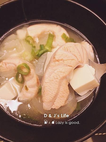 最後放進鮭魚,就能盛入碗中,滴幾滴米酒,撒上蔥花