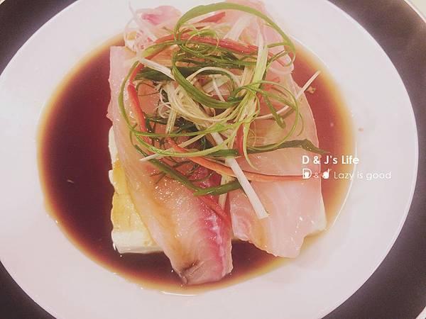 將鯛魚片上在豆腐上,加上一半的蔥絲、辣椒絲,淋上醬油與米酒