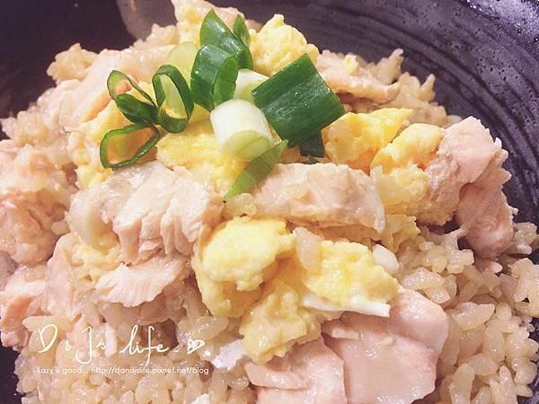 將鮭魚攪一攪只加入炒蛋與蔥花的樣子