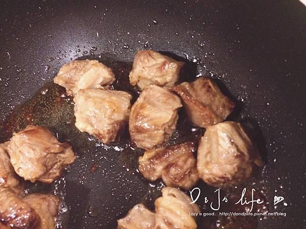 接著下鍋煎,一面煎熟再翻面煎另一面!  最後就能起鍋,並放上步驟1.剛炸好的蒜頭酥!