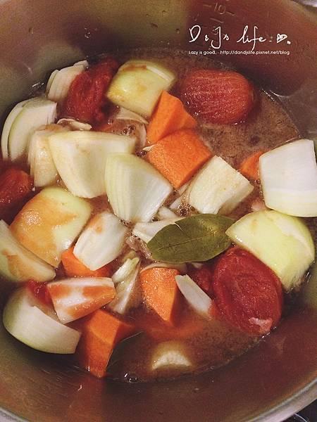 紅蘿蔔、洋蔥切塊,加入所有食材,放入電鍋內鍋,外鍋4杯水