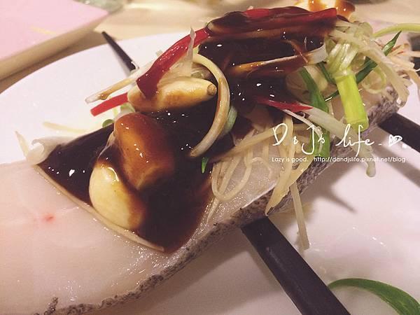 接著用兩根筷子架在鱈魚下,再將所有食材放上鱈魚,(但蔥、蒜、辣椒留住一半),  再淋上米酒與醬油膏,水滾就可以下去蒸3-4分鐘,就完成嘍!