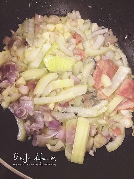 適量的橄欖油爆香紅蔥頭,接著炒軟洋蔥,並加入培根提味(可省).