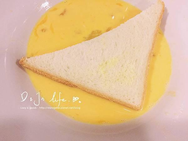 牛奶、蛋、鹽攪拌均勻,將吐司沾均勻蛋液