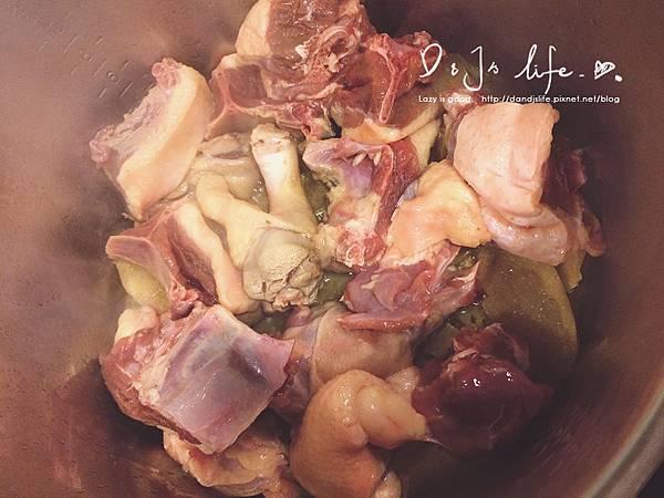 加入鴨肉稍微煎一下(由於麻油的關係,別煎太久)