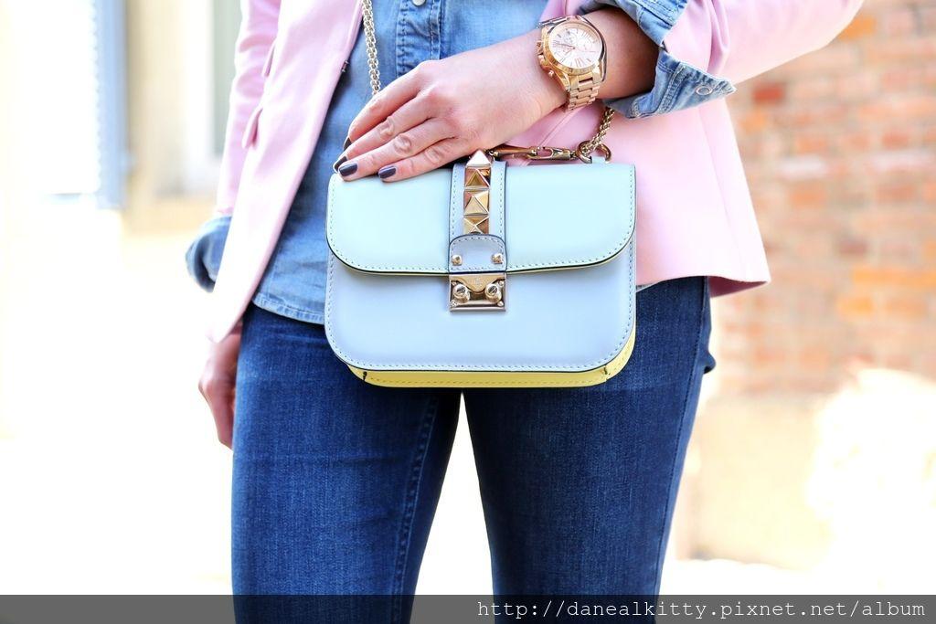 outfit-valentino-garavani-glam-lock-bag-watercolor-pastels-flared-jeans-german-fashionblogger.jpg
