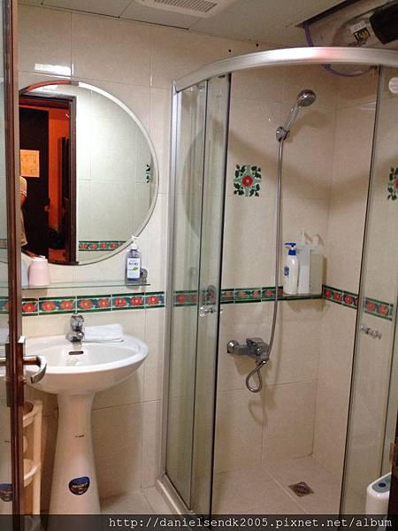 民宿內明亮洗手間
