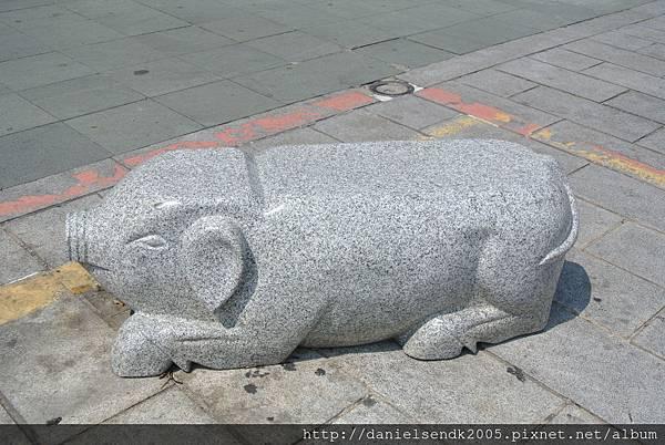 可愛的豬豬石凳