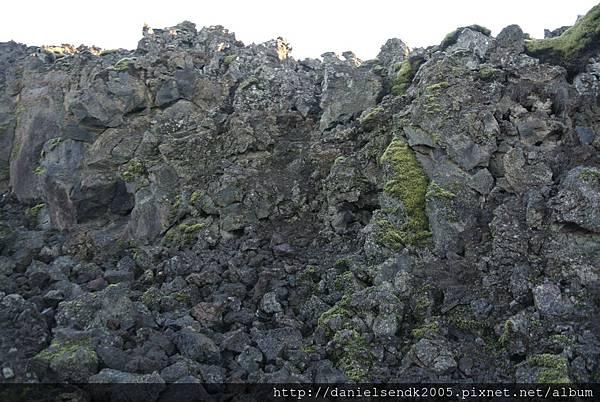 冰島到處都是火山石