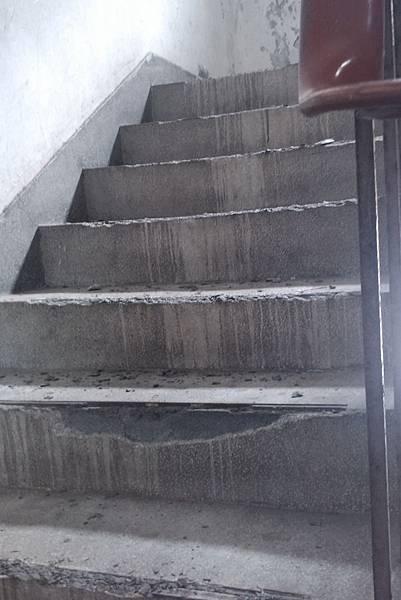 樓梯銅條被敲掉