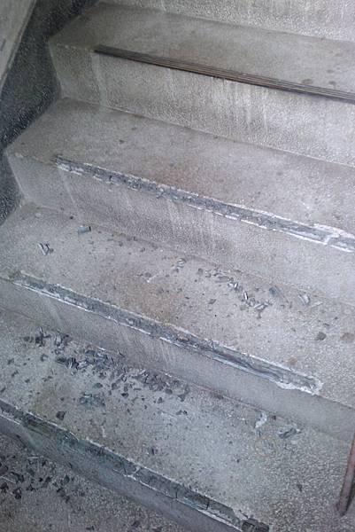 樓梯銅條被偷