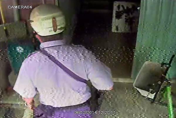 一位警察進入查看