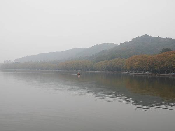 白堤上看西湖