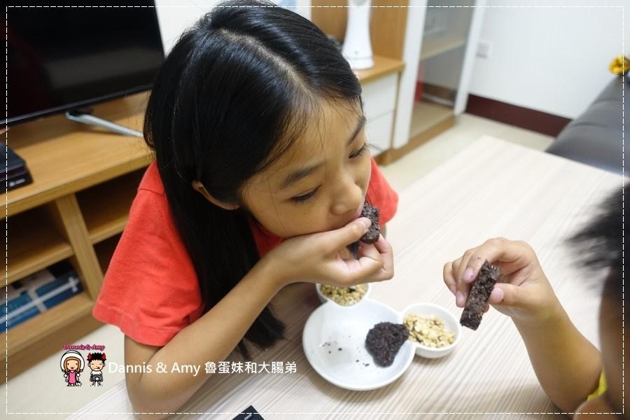 20161016《網購好吃餅乾》當糙米遇上黑巧克力就成了一吃就愛上的自然主意米可酥巧克力。不是米可白喔!︱一口接一口停不了(影片) (20).jpg
