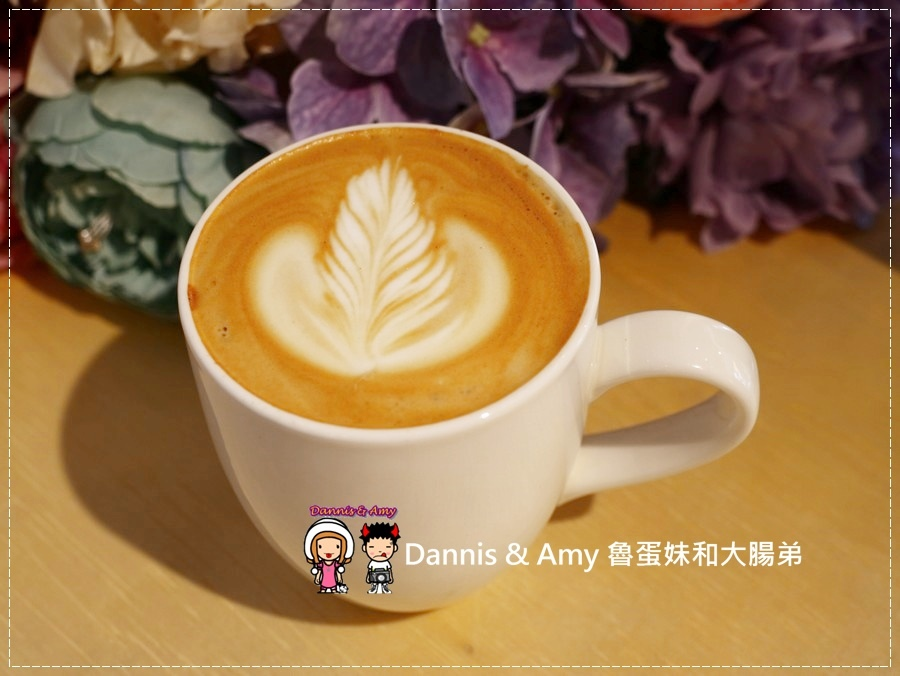 20170621《新竹平價外帶咖啡店》聚咖啡Together Coffee 。咖啡飲料。雙倍濃縮夏威夷拿鐵。菲卡夏三明治~|新竹巨城附近可內用~價格。營業時間分享(影片) (13).jpg