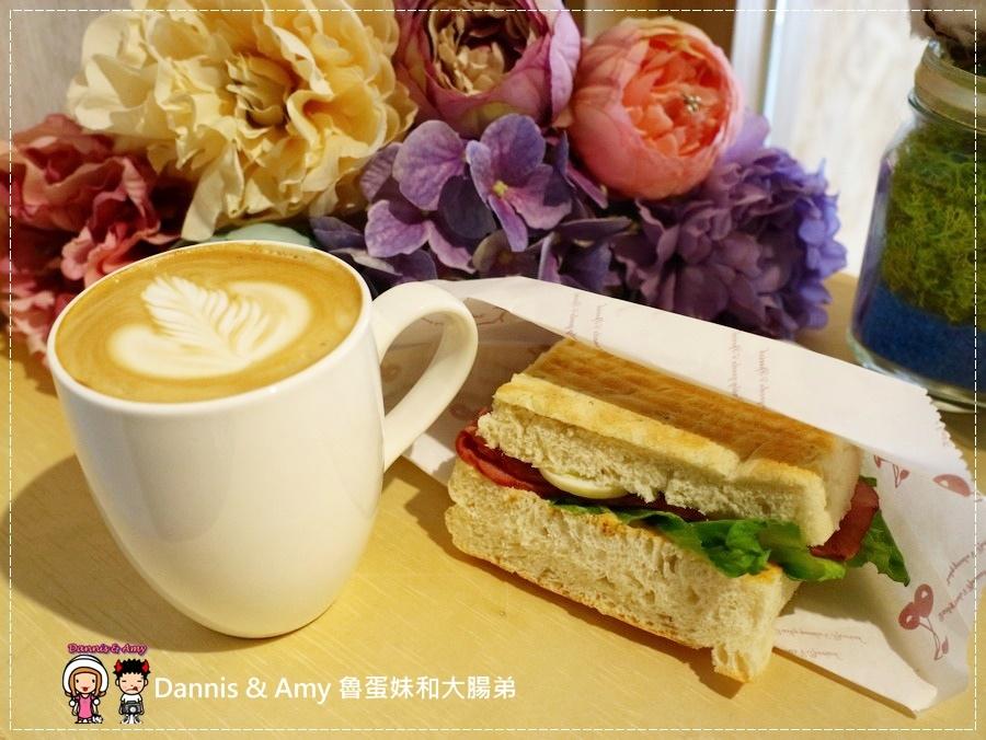 20170621《新竹平價外帶咖啡店》聚咖啡Together Coffee 。咖啡飲料。雙倍濃縮夏威夷拿鐵。菲卡夏三明治~|新竹巨城附近可內用~價格。營業時間分享(影片) (16).jpg