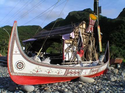 雕工細緻的拼板舟