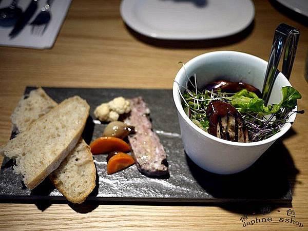 全麥拖鞋麵包/鄉村豬肉派/沙拉/醃漬蔬菜