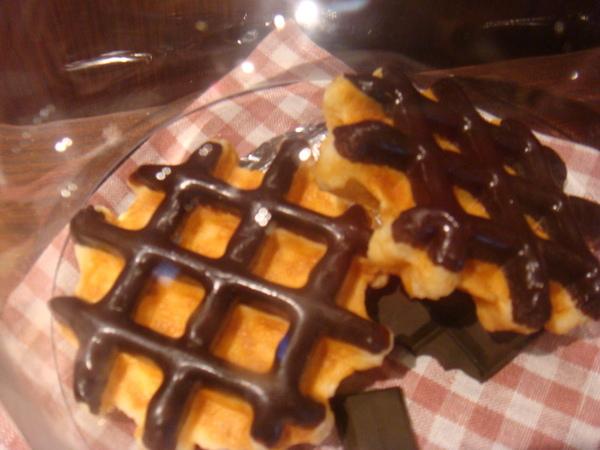 很好吃喔~~巧克力超厚的~~220丹  很貴.......
