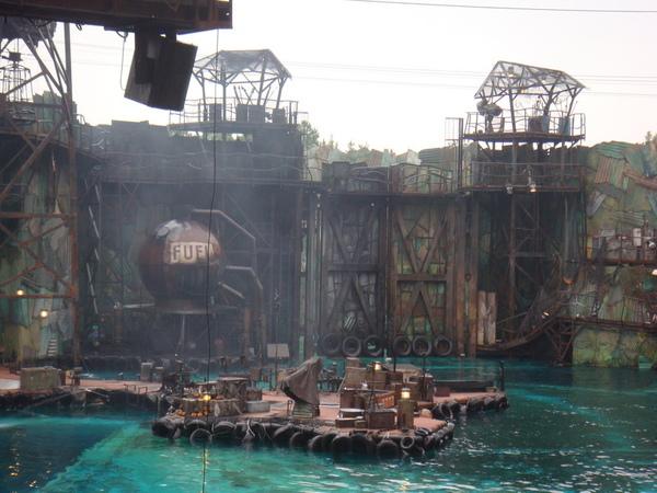 有一幕是水上摩扥車從水底冒出來欸~~不知道是怎麼辦到了 = =b