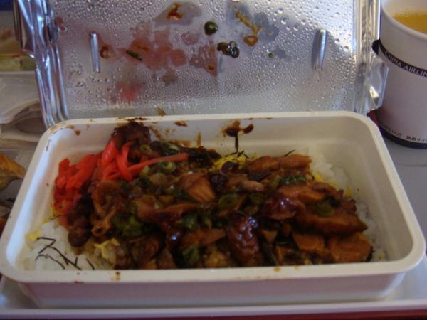 2人都吃三杯雞飯 因為咖哩牛肉被拿光了。可是也是很好吃啦!!