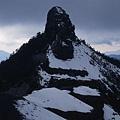 小霸尖山,覺得上下這種冰雪岩混合地形,還是要全程穿著冰抓才安全!