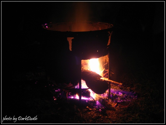 夜晚烤火取暖