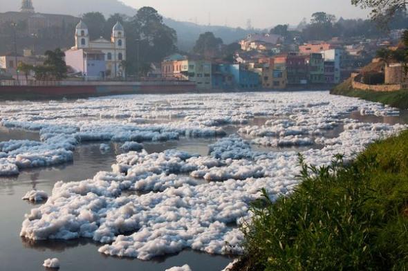 巴西鐵特河泡沫污染001.jpg