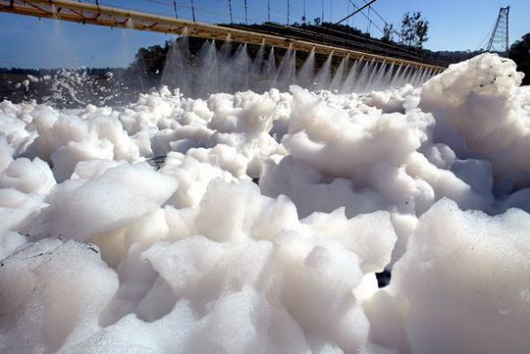 巴西鐵特河泡沫污染004.jpg
