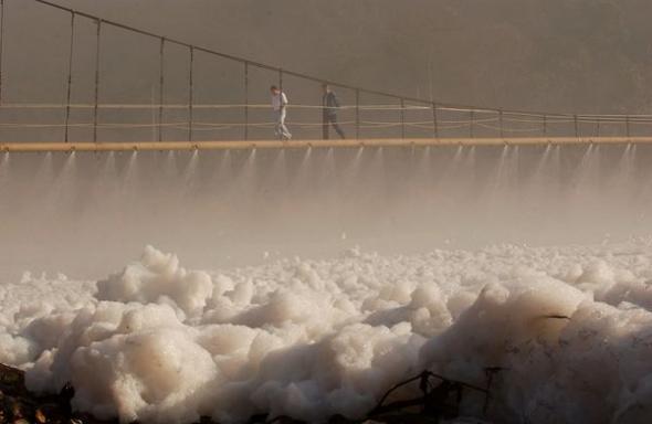 巴西鐵特河泡沫污染005.jpg