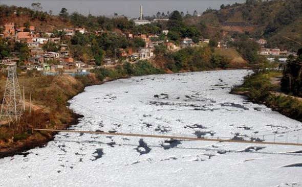 巴西鐵特河泡沫污染003.jpg