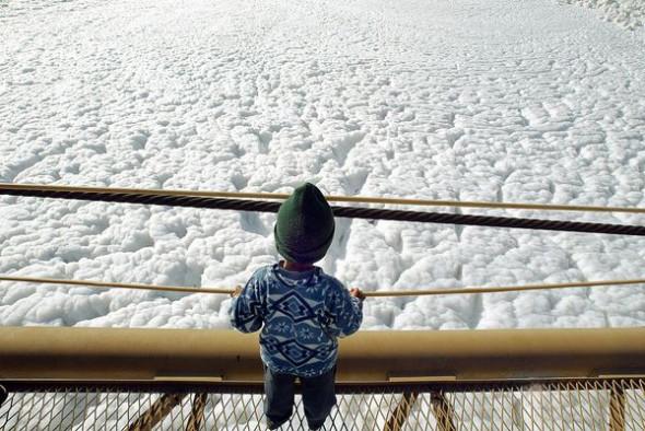 巴西鐵特河泡沫污染007.jpg