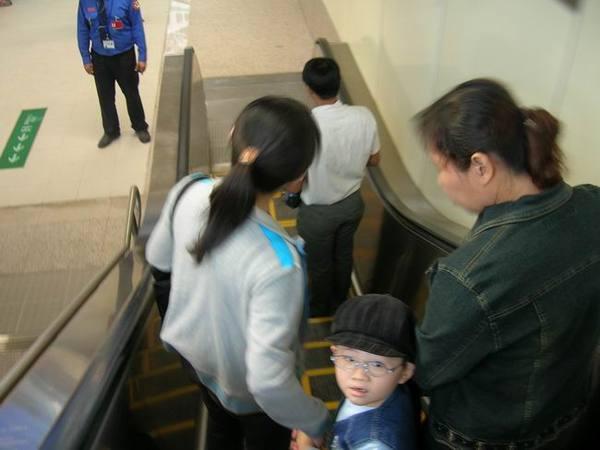 電扶梯向下