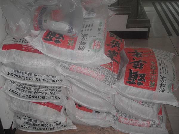 中華大同世界慈善會捐贈60包白米
