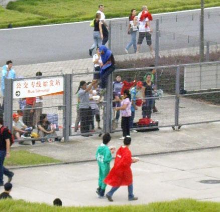 看F1不用錢,用爬的!